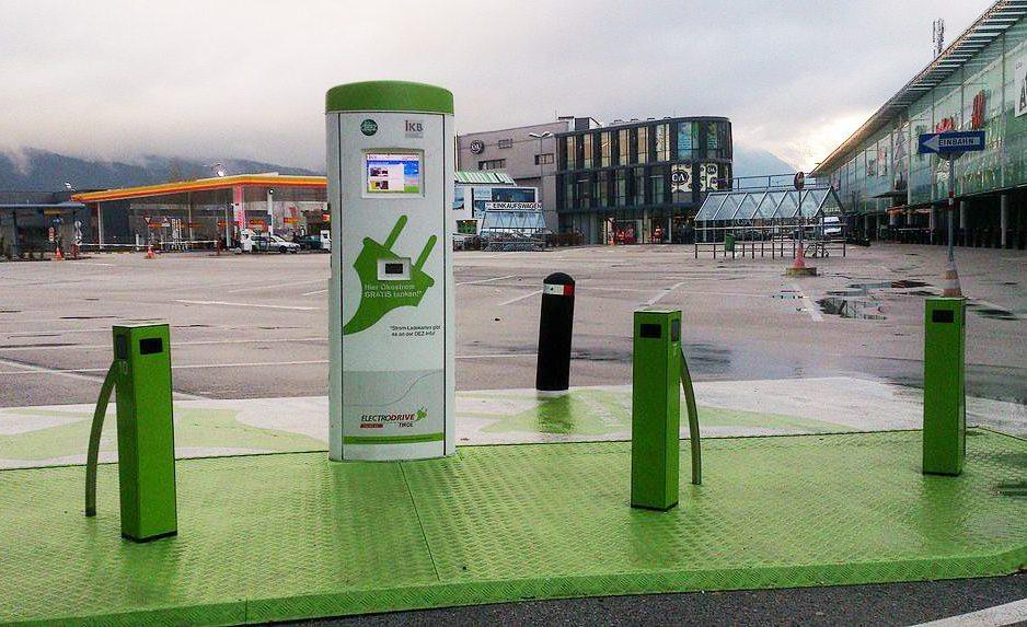 Ökostrom-Tankstelle vor einem Einkaufszentrum in Innsbruck (Bild: Thomas R. Schwarz, Wikimedia, CC)