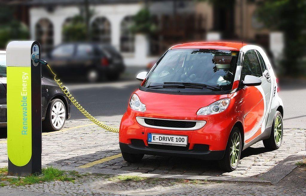 Elektroauto beim Aufladen (Bild: Michael Movchin, Wikimedia, CC)