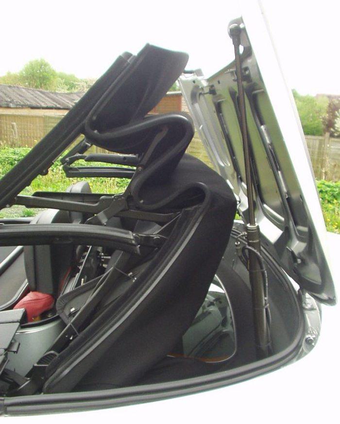 Cabriodach eines Opel Astra G in Bewegung (Bild: KarleHorn, Wikimedia, CC)