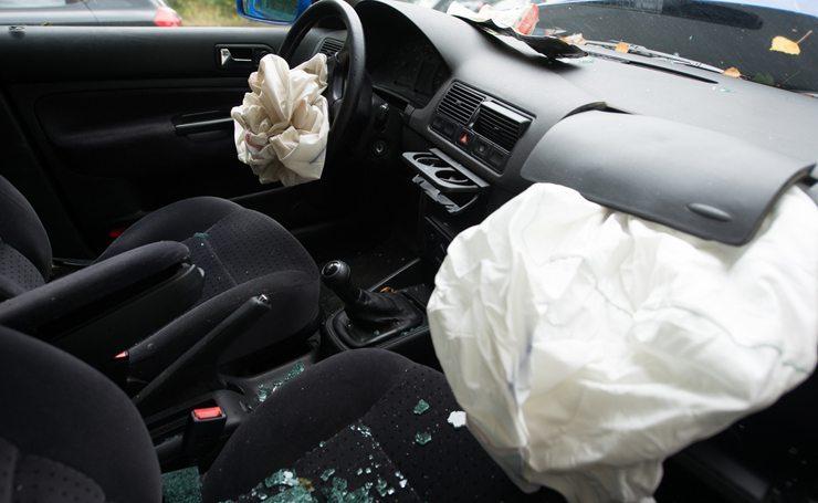 Airbag und Sicherheitsgurt gehören zu den wichtigsten Erfindungen für sicheres Autofahren (Bild: lumen-digital / Shutterstock.com)