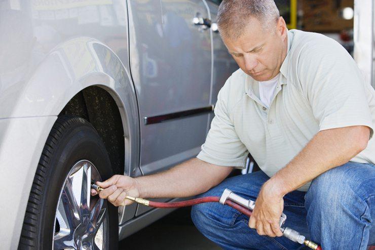 Der Reifendruck eines Fahrzeugs sollte regelmässig kontrolliert werden (Bild: bikeriderlondon /Shutterstock.com)
