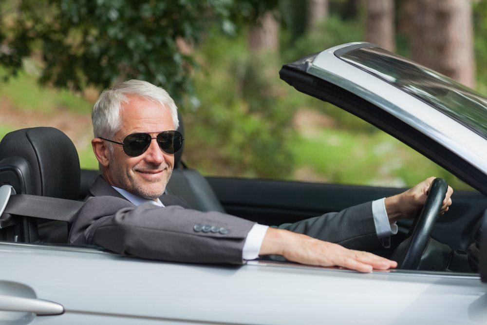 Beim Cabrio-Fahren setzen Sie eine Brille oder Sonnenbrille auf (Bild: wavebreakmedia / Shutterstock.com)