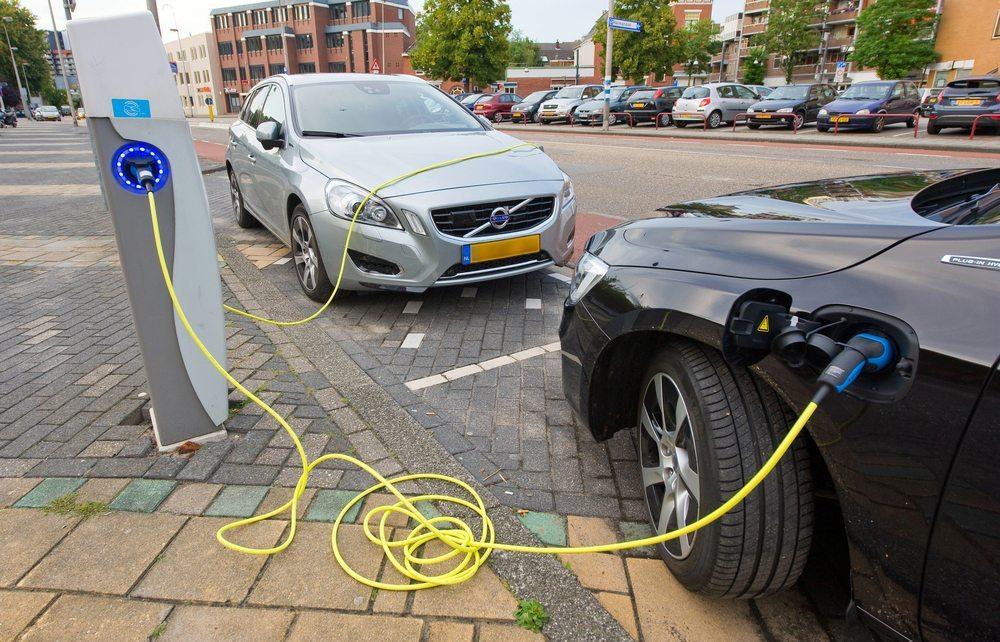 Zwei Elektroautos in den Niederlanden werden direkt am Parkplatz geladen (Bild: Robert Hoetink / Shutterstock.com)