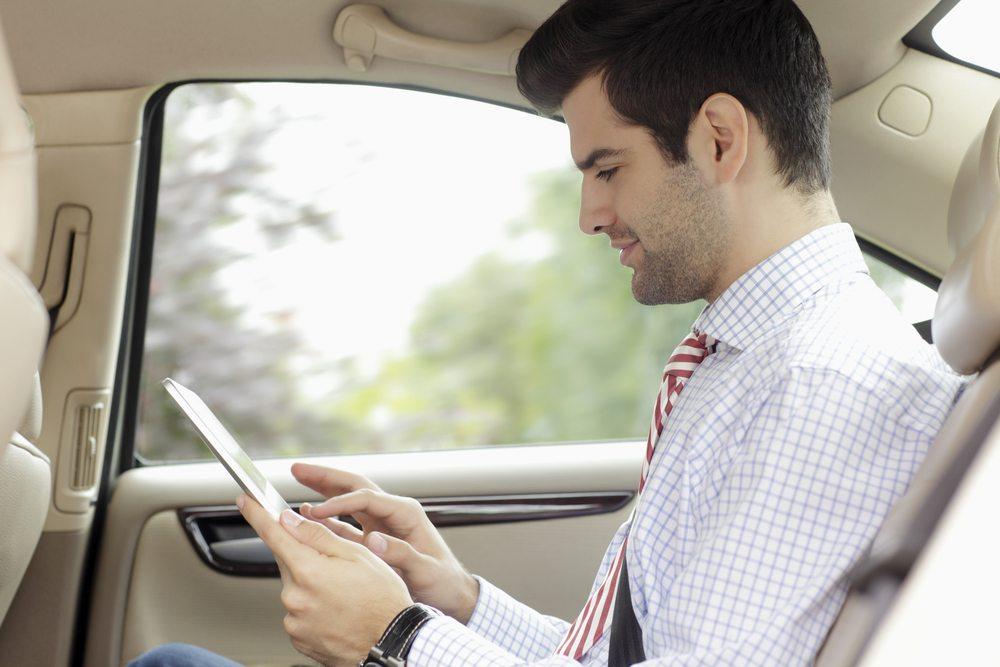 Fahrzeuginsassen können während der Fahrt im Netz surfen (Bild: Kinga / shutterstock.com )