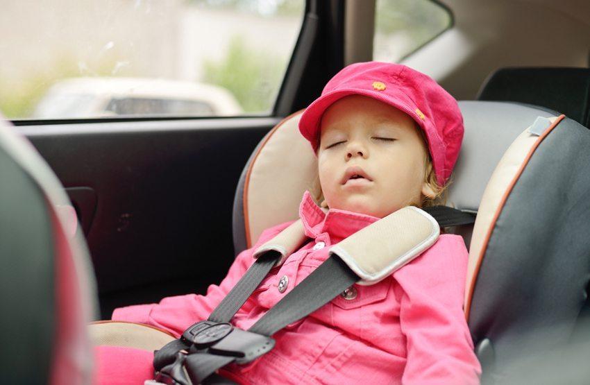 Schlafen ist kein Grund dafür, den Sicherheitsgurt zu lösen (Bild: Elena Stepanova / Shutterstock.com)