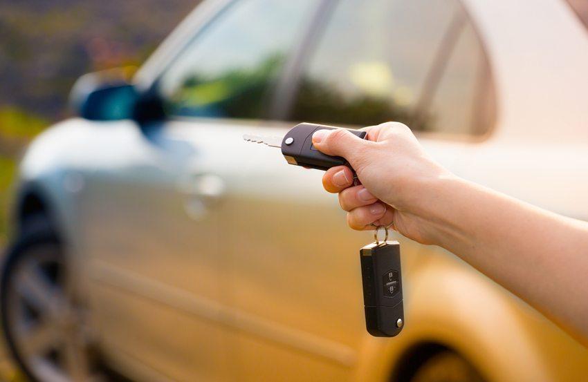 Fahrzeuge mit erweiterten Komfortmerkmalen haben oftmals einen Codesender im Fahrzeugschlüsselset integriert (Bild: scyther5 / Shutterstock.com)