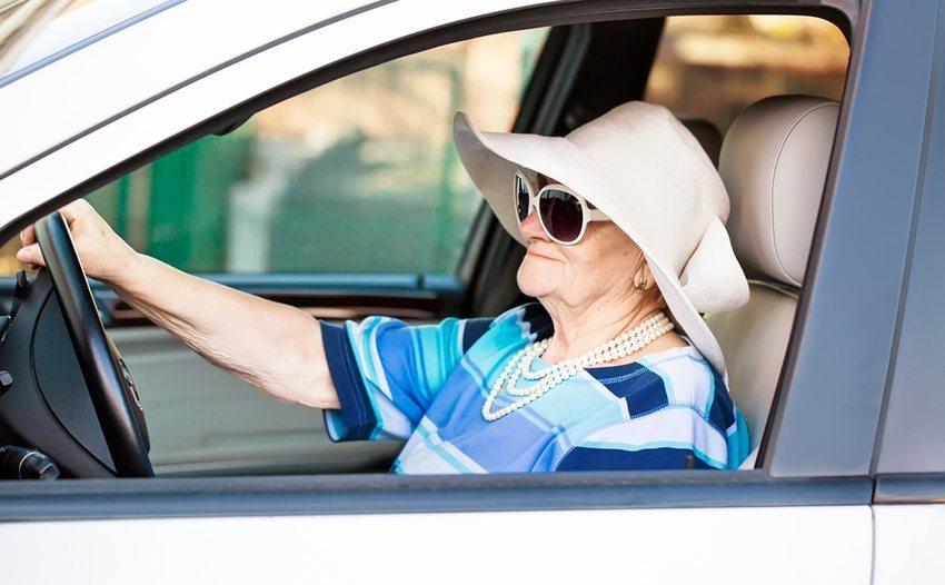 Senioren werden stärker in die Überwachung der Fahrtüchtigkeit einbezogen (Bild: Little Moon / Shutterstock.com)