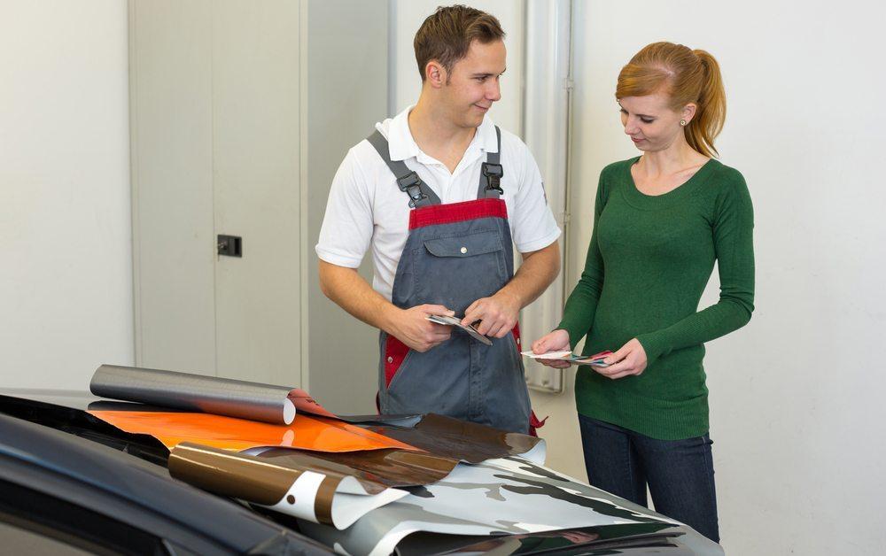 Beratung bei der geplanten Autobeschriftung (Bild: Ikonoklast Fotografie / Shutterstock.com)