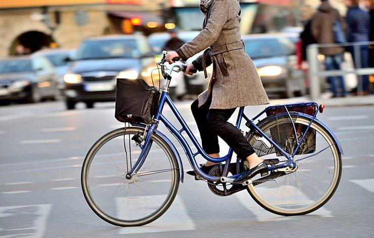 Umweltbewusste Fahrer sollten kurze Strecken mit dem Fahrrad zurücklegen (Bild: connel /Shutterstock.com)