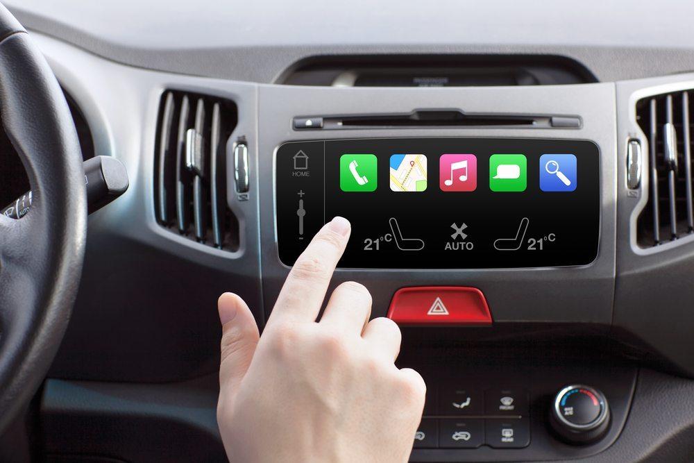 Aus dem Auto ist Internet nicht mehr wegzudenken (Bild: Denys Prykhodov /  shutterstock.com)