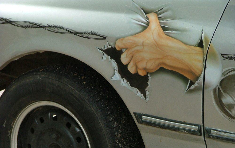 Auto mit Verschönerungsaufkleber (Bild: Ragne Kabanova / Shutterstock.com)