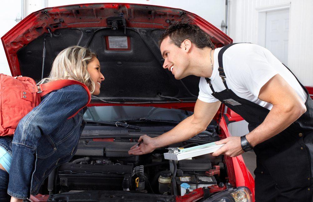 Beim gebrauchtwagenkauf vom privaten Anbieter ziehen Sie am besten einen Sachverständigen zu Rate. (Bild: kurhan / Shutterstock.com)
