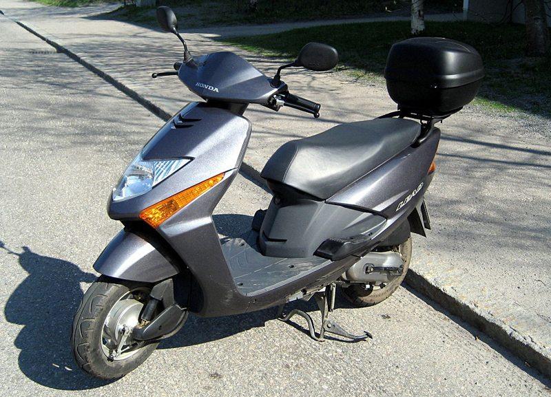 """Honda's SCV 100 Lead scooter wurde von der BBC zum """"Scooter of the Year"""" 2003 ernannt (Bild: Khaosaming, Wikimedia, CC)"""