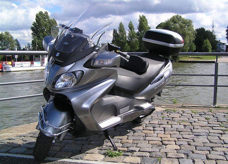 Der weltgrößte Motorroller: SUZUKI Burgman650 (AN650) Baujahr 2006, mit großer Frontscheibe (Bild: MichaelMcMike, Wikimedia, CC)