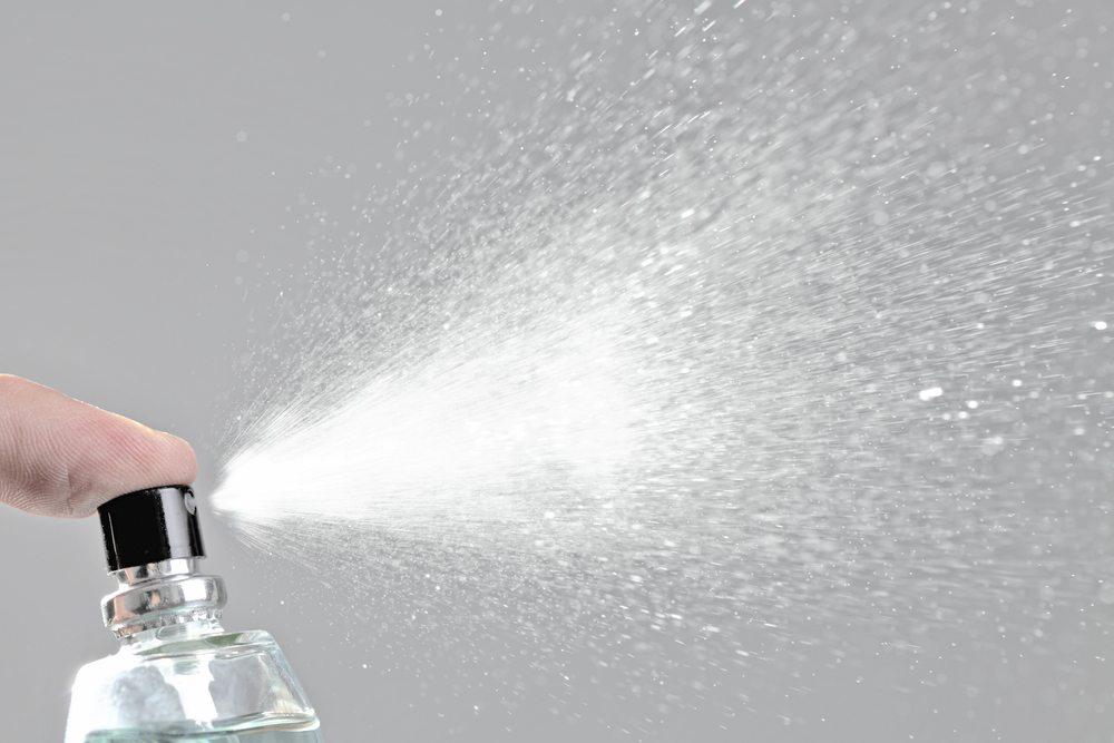 Sprays sind grösstenteils bedenklich für die Umwelt, zumindest wenn sie mit Treibgas betrieben werden. (Bild: Nikola Spasenoski / Shutterstock.com)