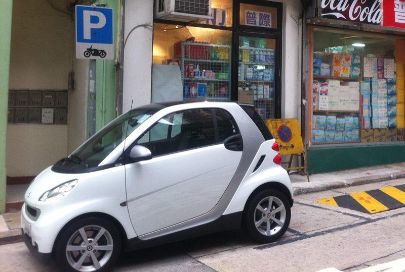 Mit der neuen Smart Fortwo Generation werden Parklücken okkupiert. (Bild: Honmeikimra, Wikimedia, CC)