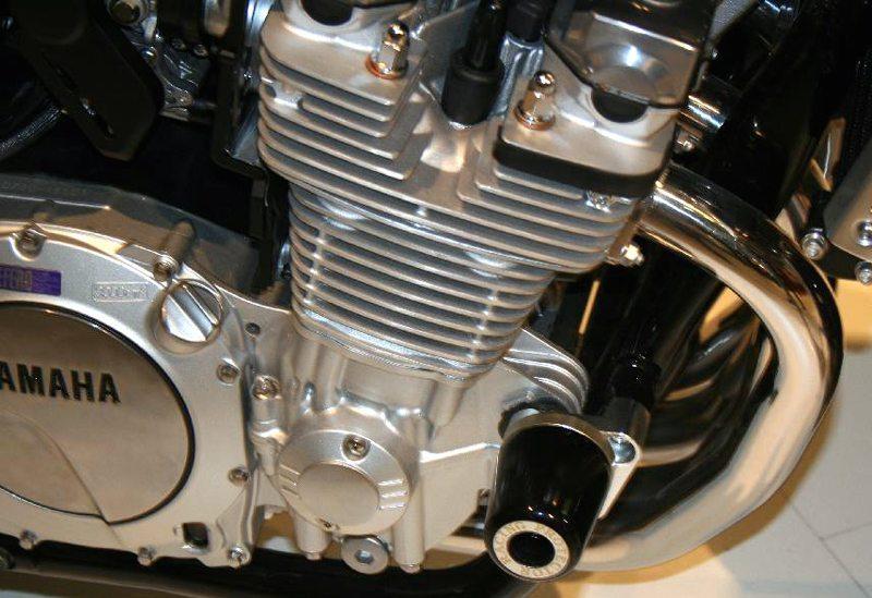 Luftgekühlter R4-Motor einer Yamaha XJR 1300 (Bild: StealthFX, Wikimedia)