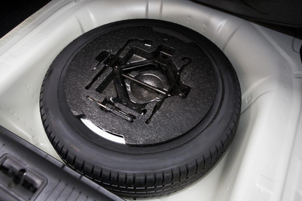 Die Argumentation der Autohersteller für das Reifenreparatursystem läuft darauf hinaus, dass der Verzicht auf das Notrad überflüssiges Gewicht einspart und zusätzlichen Platz im Kofferraum frei macht. (Bild: terekhov igor / Shutterstock.com)