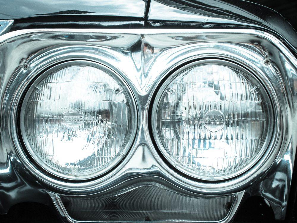 Die Beleuchtung kann bei dem stärkeren Spannungsstandard dann auch mit moderneren und leistungsstärkeren Halogenscheinwerfern bestückt werden. (Bild: CHAINFOTO24 / Shutterstock.com)
