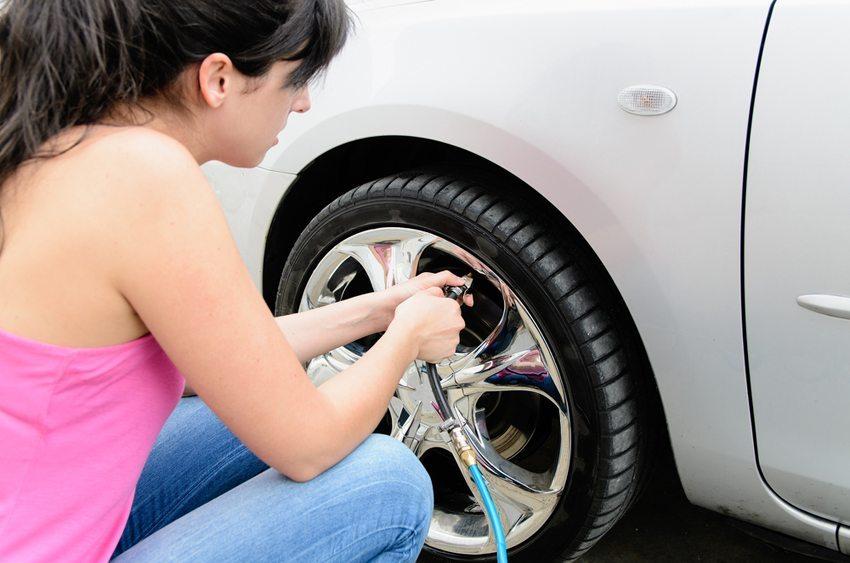 Der optimale Reifendruck ist mitentscheidend für die Sicherheit. (Bild: Dirima / Shutterstock.com)