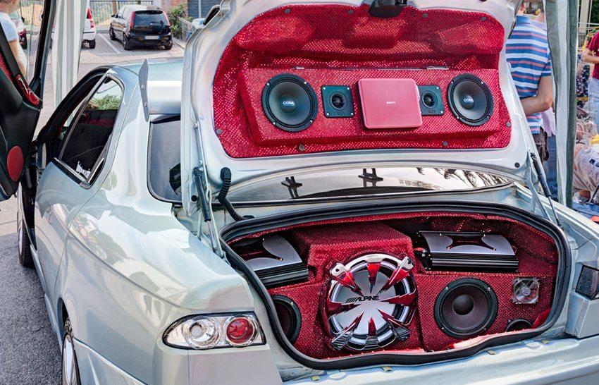 Alfa Romeo 156 – Fashion Tuning Club, Borghi, Italien (Bild: ermess / Shutterstock.com)