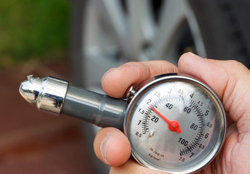 Druckverlust und Schäden an der Karkasse können zu Platzern und zum Schleudern des Autos führen (Bild: nui7711 / Shutterstock.com)