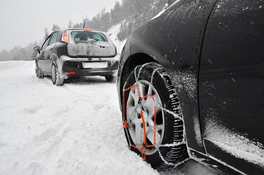 Schneeketten werden paarweise auf den Antriebsrädern montiert. (Bild: AS-kom / Shutterstock.com)