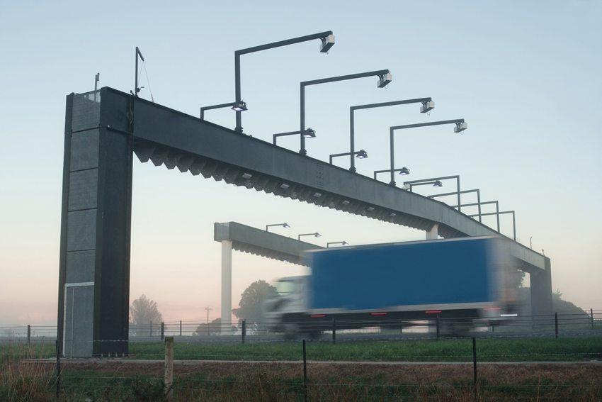 Nur die Lkw-Maut ist in Deutschland inzwischen geregelt. (Bild: View Factor Images / Shutterstock.com)