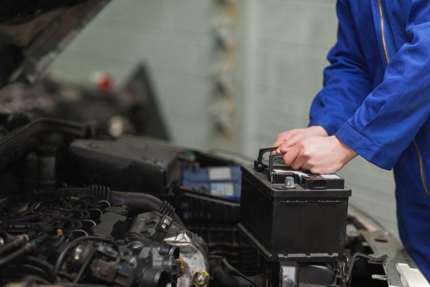 Cabrio-Fahrer sollen die Batterie vor dem Winter ausbauen oder zumindest abklemmen (Bild: wavebreakmedia / Shutterstock.com)