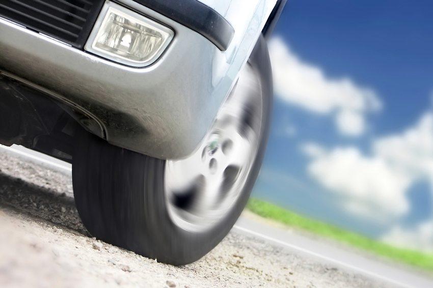 Die versuchen dem Reifen eine möglichst optimale Kontaktfläche zu verschaffen. (Bild: Beneda Miroslav / Shutterstock.com)
