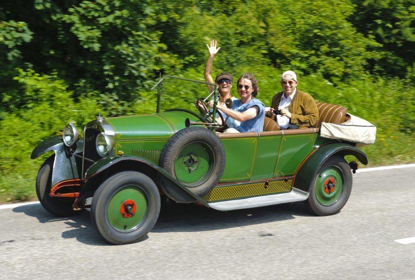 Bei einer genüsslichen Oldtimer-Ausfahrt lernt man Land und Leute anders kennen. (Bild:  filmfoto / Shutterstock.com)