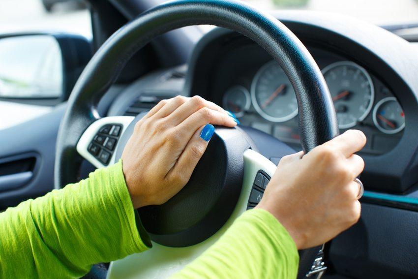 Die primären Funktionen des Pkw – das Lenken, das Beschleunigen und das Bremsen – werden nicht über Gesten steuerbar sein. (Bild: Nejron Photo / Shutterstock.com)