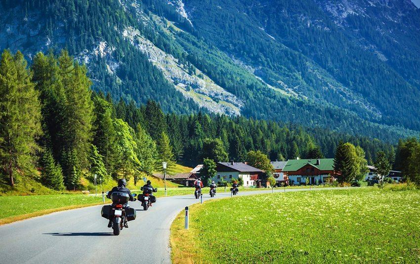 Erlebnis Töfftour – das alpine Panorama auf dem Sattel seines Motorrads geniessen. (Bild: Anna Omelchenko / Shutterstock.com)