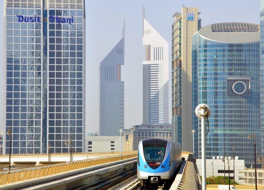 Der öffentliche Nahverkehr und weitere Alternativmodelle bilden die Zukunft in den Metropolen (Bild: Arseniy Krasnevsky / Shutterstock.com)