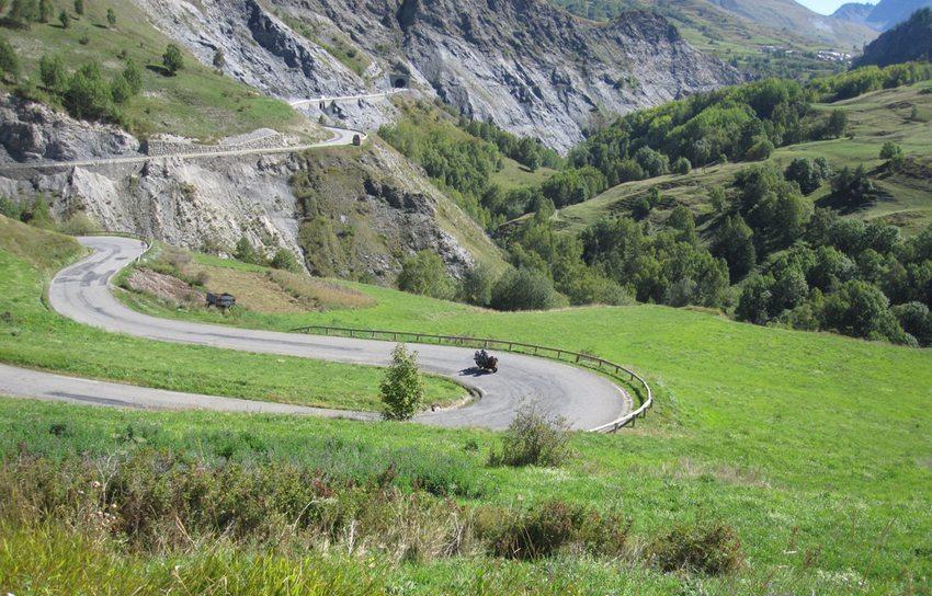 Kurvenreiche Stecken in den Alpen sind Herausforderung und Erlebnis zugleich. (Bild: VT750 / Shutterstock.com)