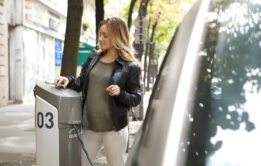 Die Zielgruppe für das Carsharingmodel bilden die jungen Menschen in der Stadt (Bild: Image Point Fr / Shutterstock.com)