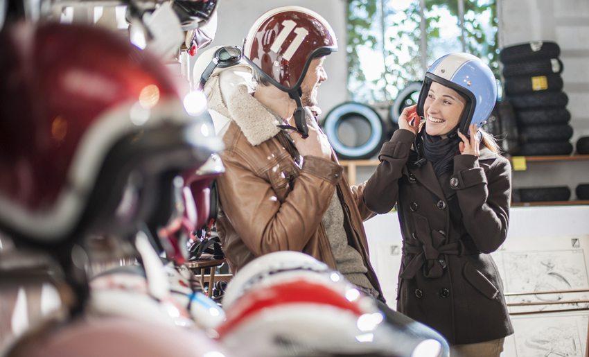 Beim Helmkauf ist eine Anprobe erforderlich. (Bild: Jack Frog / Shutterstock.com)