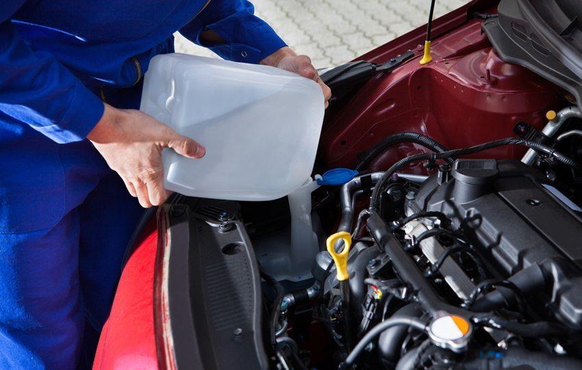 Eine besondere Aufmerksamkeit gilt im Motorkreislauf der Kühlflüssigkeit. (Bild: Andrey_Popov / Shutterstock.com)
