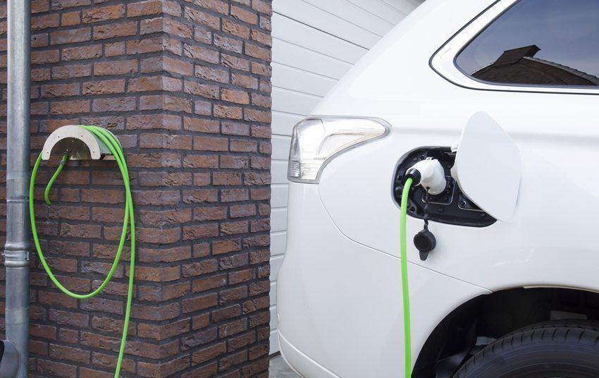 Experten empfehlen das langsame Laden der Elektroautos über Nacht (Bild: JosjeN / Shutterstock.com)