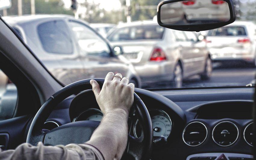 Staus erhöhen den Stresslevel der Autofahrer. (Bild: ambrozinio / Shutterstock.com)