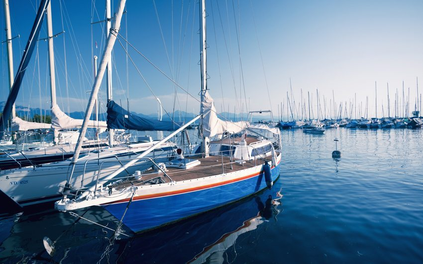 Boote im Hafen von Lausanne (Bild: Gayane / Shutterstock.com)