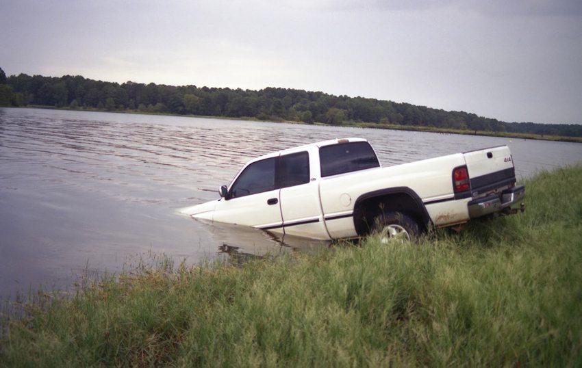 Was tun, wenn Ihr Fahrzeug unfallbedingt in einem Gewässer landet? (Bild: Lori Martin / Shutterstock.com)