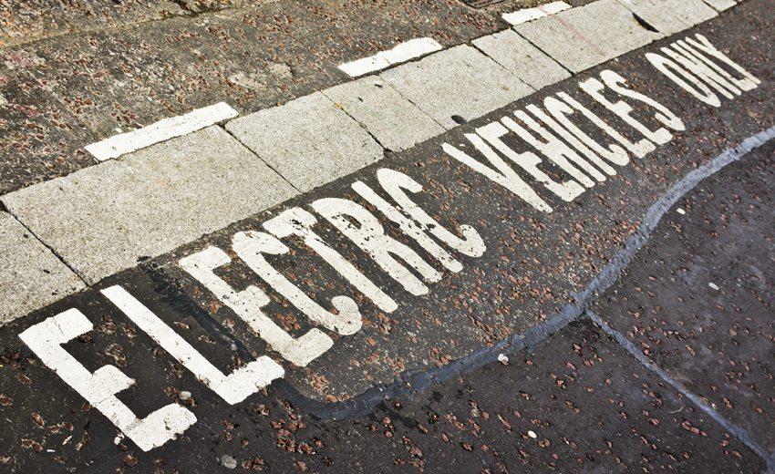 Parkplätze reserviert für Elektroautos (Bild: QQ7 / Shutterstock.com)