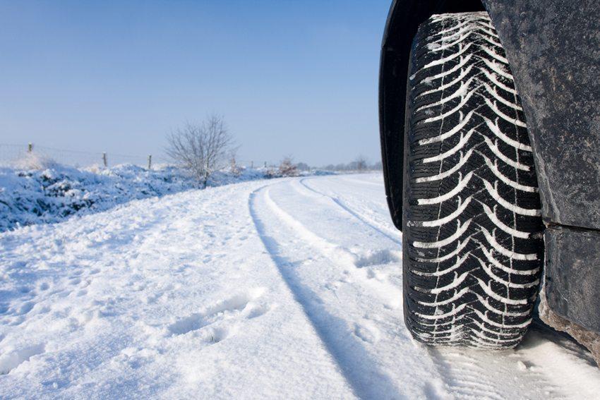 Typische Winterreifenprofilierungen haben deutlich grösser ausfallende Zwischenräume. (Bild: Pics-xl / Shutterstock.com)