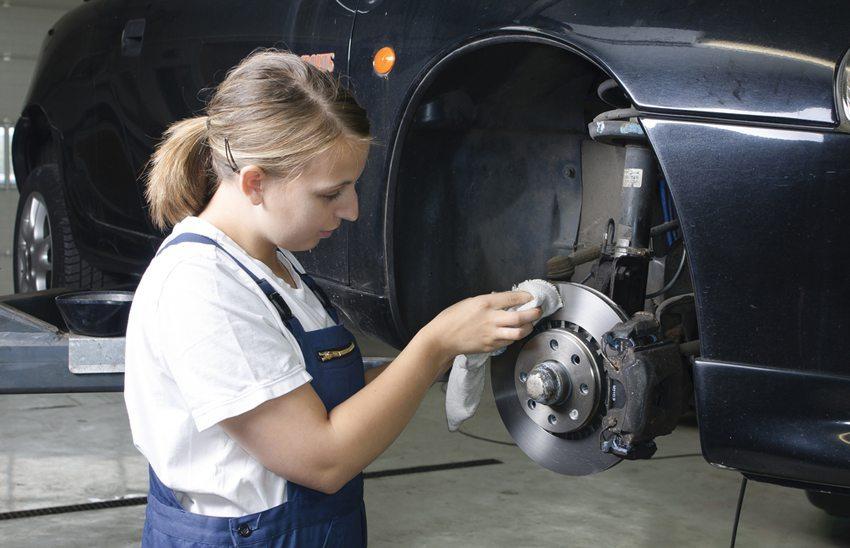 Das Wechseln der Bremsbeläge und der Bremsscheiben sollte in der Werkstatt durchgeführt werden. (Bild: runzelkorn / Shutterstock.com)