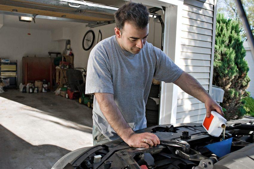Prüfen des Ölstands und des letzten Ölwechsels ist spätestens nach der Winterpause nötig (Bild: ARENA Creative / Shutterstock.com)