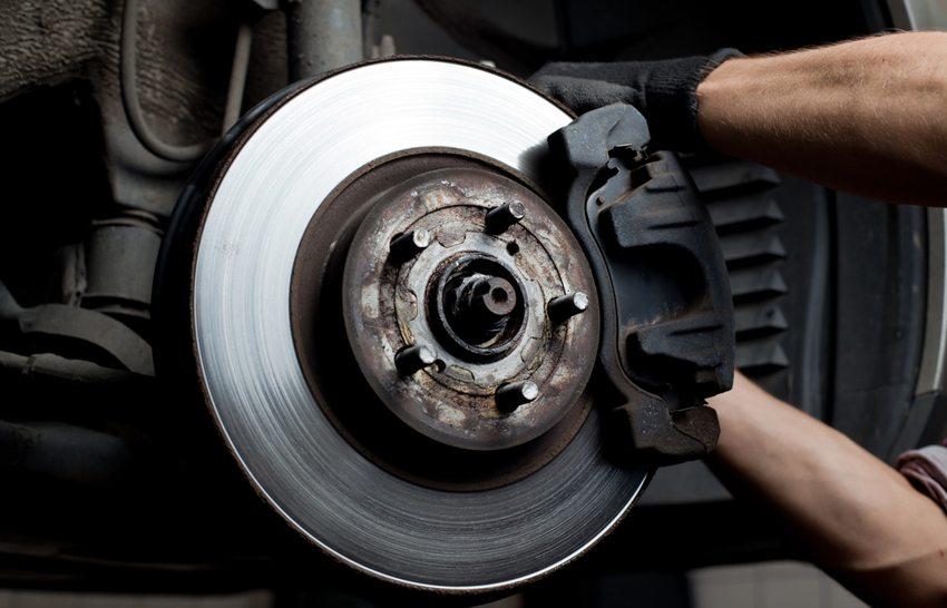 Der Austausch von Scheiben und Belägen ist eine Routinearbeit für zertifizierte Werkstätten. (Bild: baranq / Shutterstock.com)