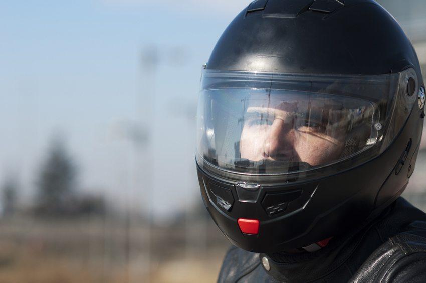 Zu den wichtigsten Auswahlkriterien beim Helmkauf zählt das Visier. (Bild: La Vieja Sirena / Shutterstock.com)