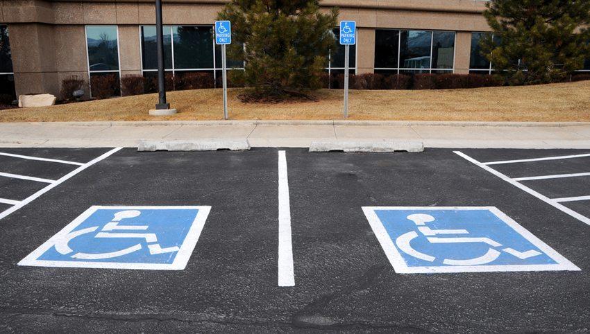 Für Autofahrer mit einer Behinderung sind Spezialparkplätze von grundlegender Wichtigkeit. (Bild: Gary Whitton /Shutterstock.com)