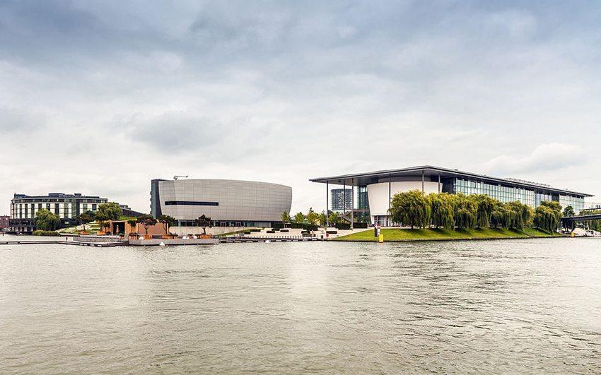 Autostadt Wolfsburg vom Mittellandkanal aus gesehen (Bild: Richard Bartz, Wikimedia, CC)